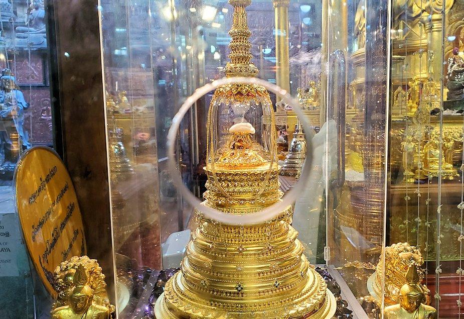 ガンガラーマ寺院敷地内にある博物館に安置されている仏舎利を丸穴から覗く