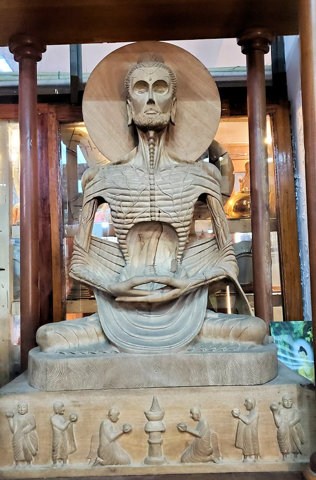 ガンガラーマ寺院敷地内にある博物館にある、苦行中でガリガリになったお釈迦様の像