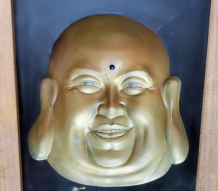 ガンガラーマ寺院敷地内の博物館にある布袋様の彫り物
