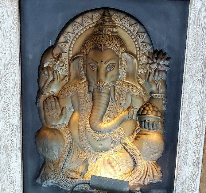 ガンガラーマ寺院敷地内の博物館にある布袋様の彫り物-2