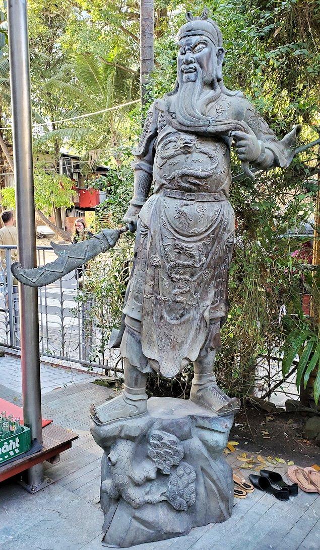 コロンボ市内のガンガラーマ寺院の入口にあった関羽像