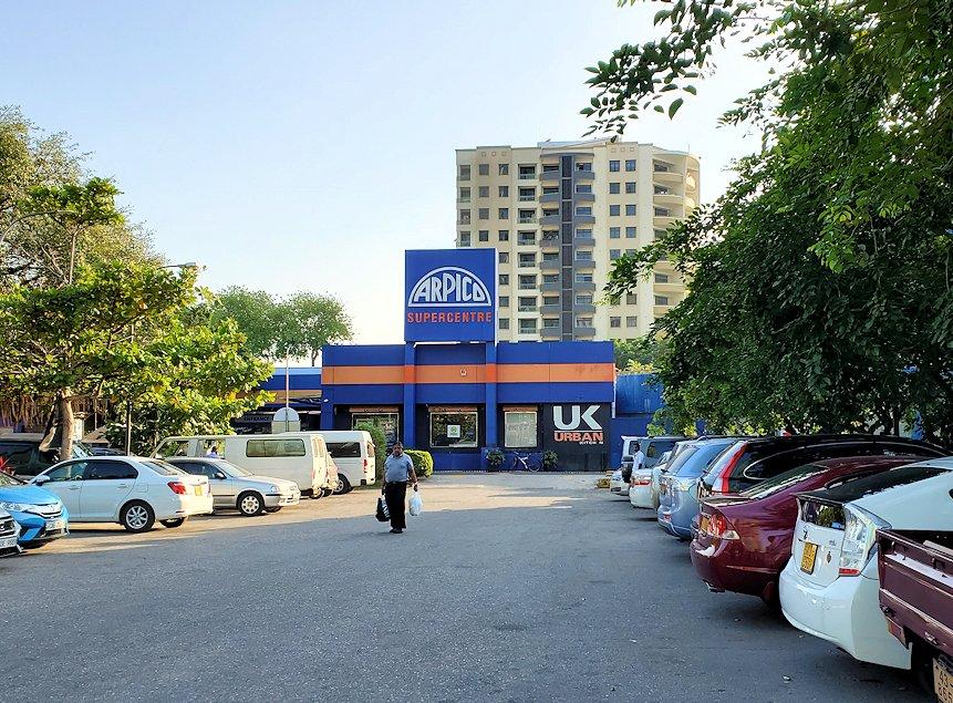 コロンボ市内中心部にある「アーピコ・スーパーマーケット」に立ち寄る