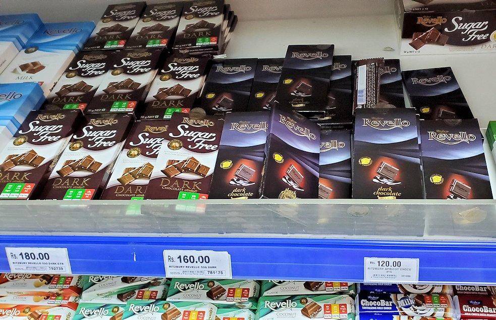 コロンボ市内中心部にある「アーピコ・スーパーマーケット」のチョコレート売り場