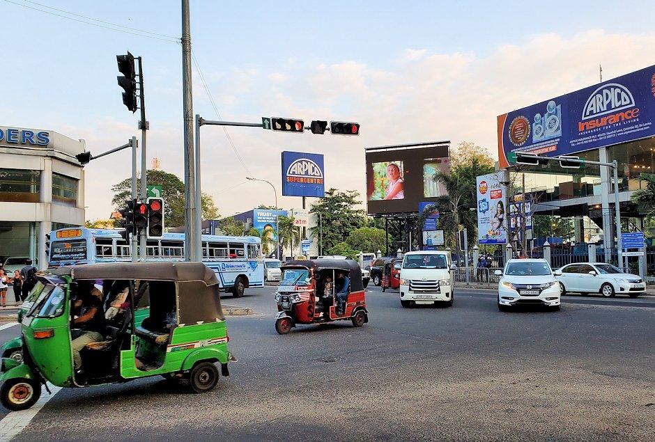 コロンボ市内中心部で走る車や三輪タクシー