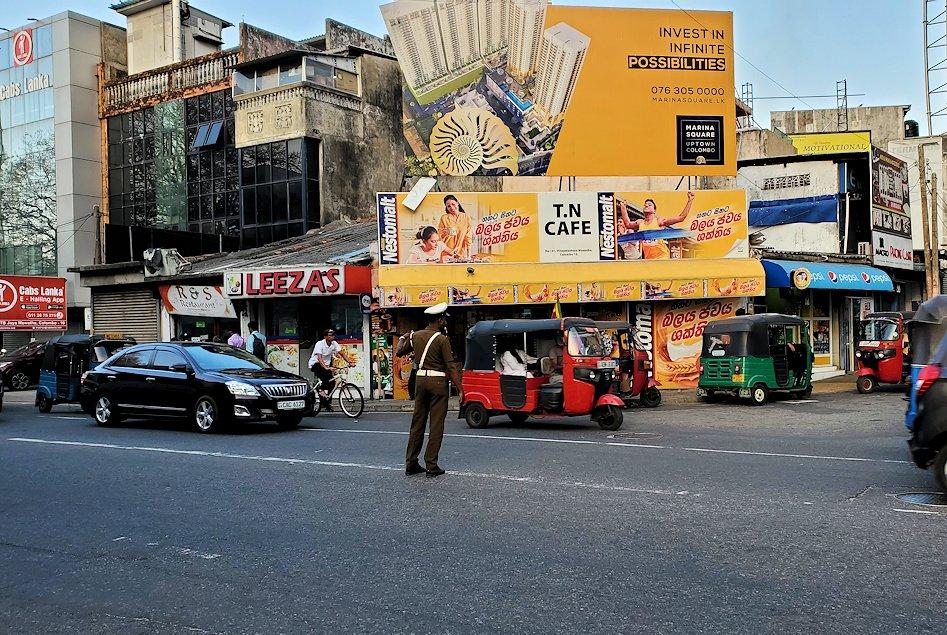 コロンボ市内の道路で交通整理するお巡りさん