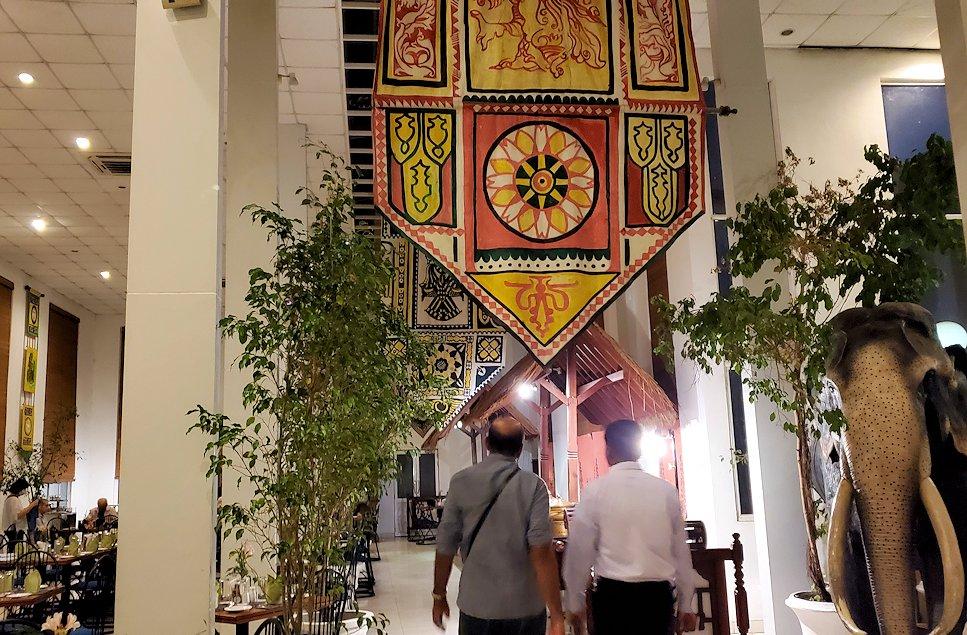コロンボ市内にある人気レストラン「Raja Bojun」に入る