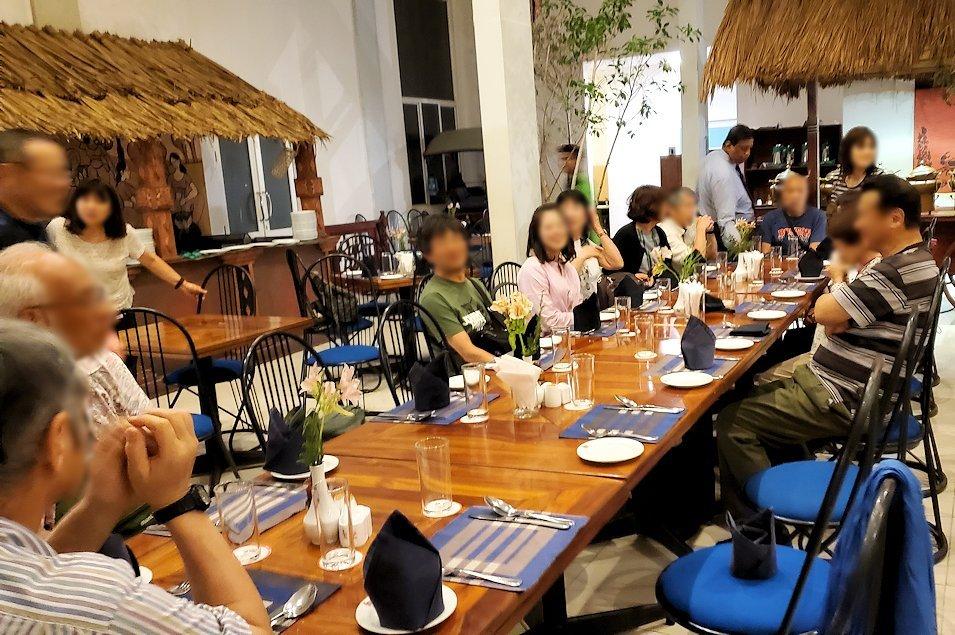 コロンボ市内にある人気レストラン「Raja Bojun」で席に座る人達