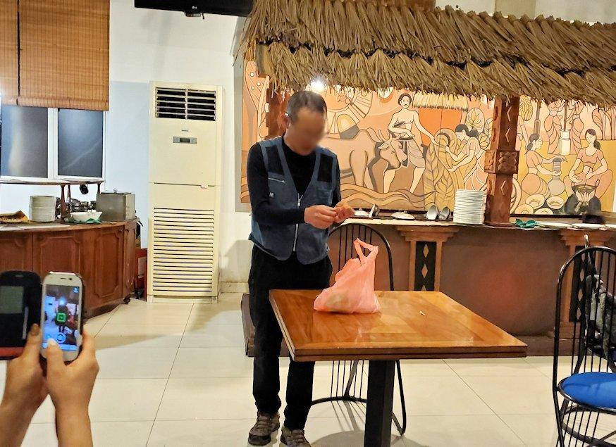 レストラン「Raja Bojun」でマジックを披露するオジサン