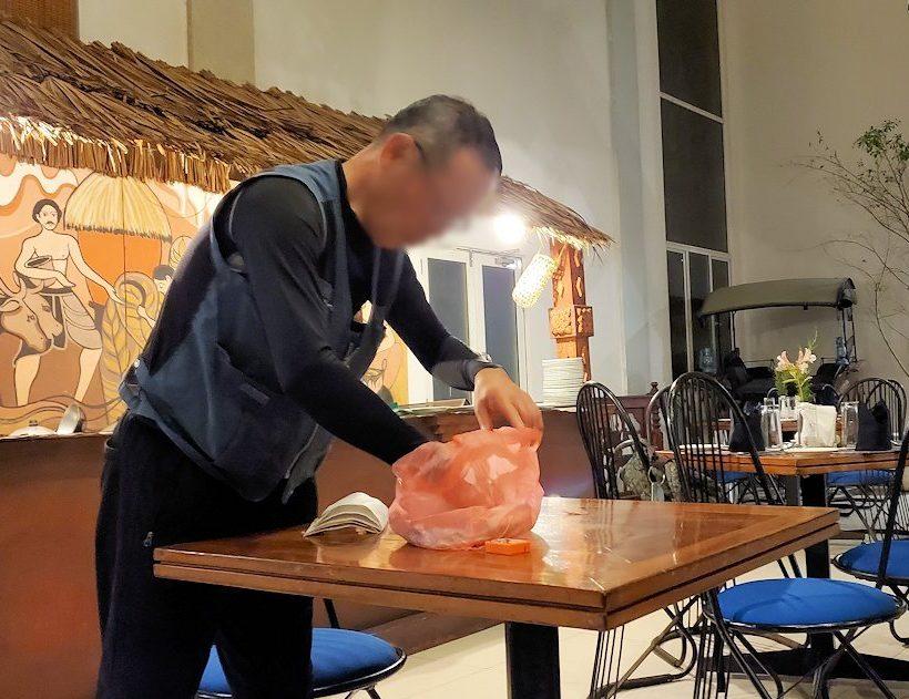 レストラン「Raja Bojun」でマジックを披露するオジサン-2