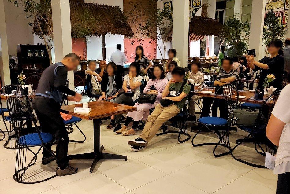 レストラン「Raja Bojun」でマジックを披露するオジサンを見つめる人達