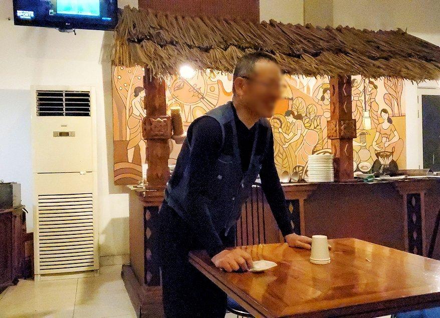 レストラン「Raja Bojun」でマジックを披露するオジサン-5