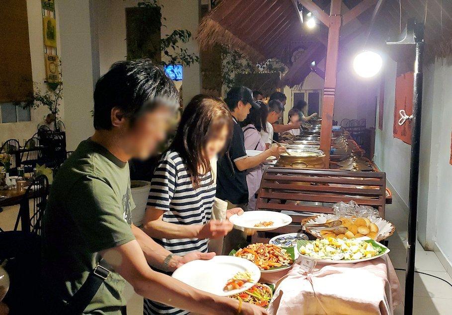 レストラン「Raja Bojun」に置かれていた、人気のスリランカカレーに群がる人達