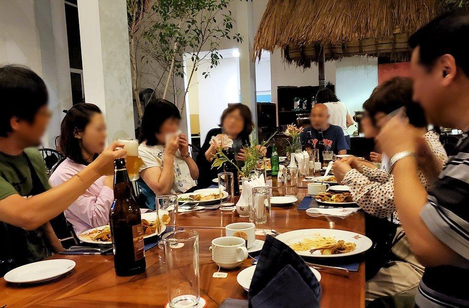 レストラン「Raja Bojun」に置かれていた、人気のスリランカカレーを楽しく食べる