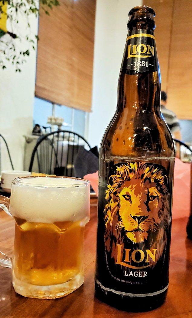 レストラン「Raja Bojun」で飲むライオンビール