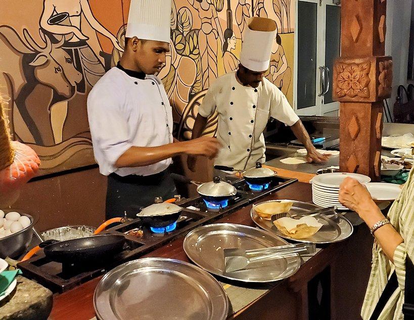レストラン「Raja Bojun」で調理するスタッフ