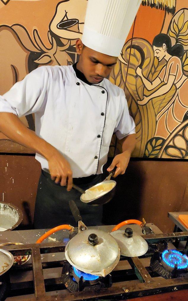 レストラン「Raja Bojun」で調理するスタッフ-2