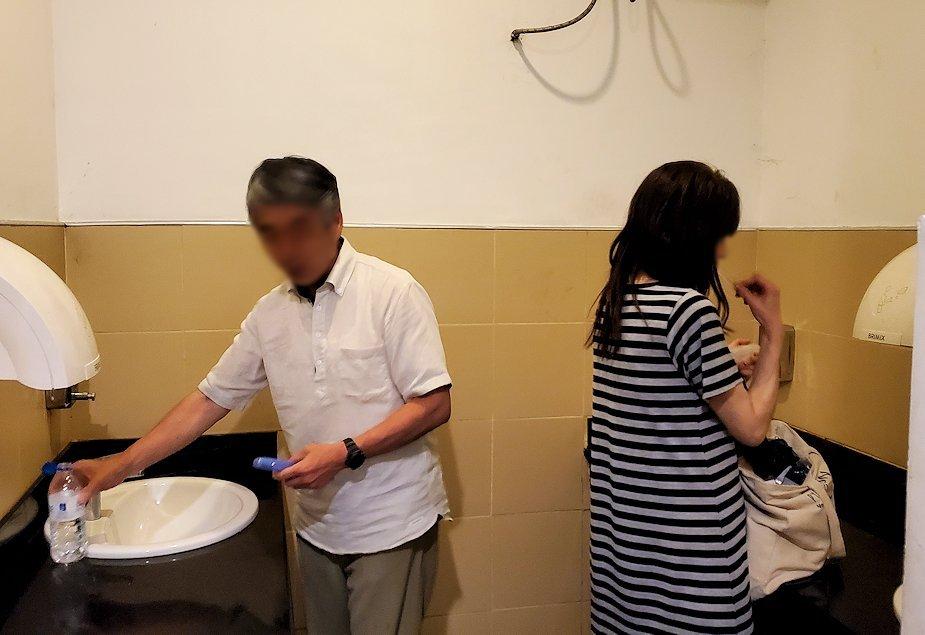 レストランで食後に歯磨きする人達