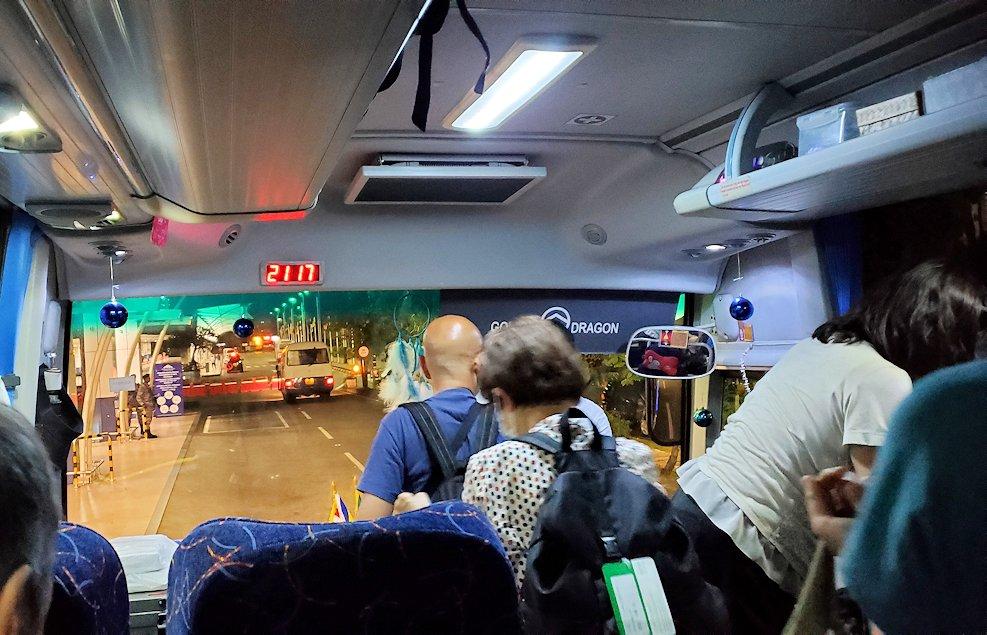 コロンボの街から空港へと向かうバス車内-2