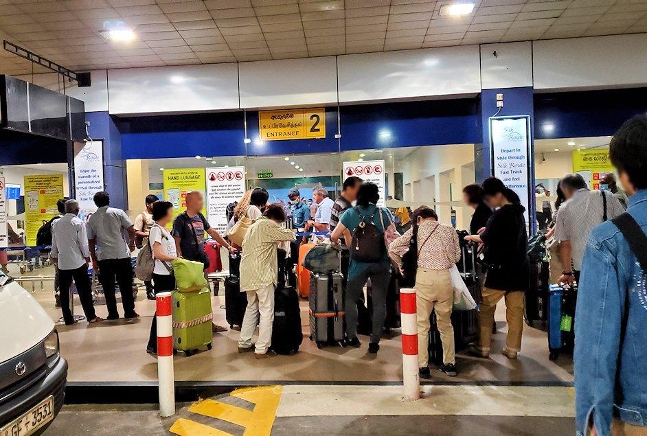 「バンダラナイケ国際空港」に到着する人達