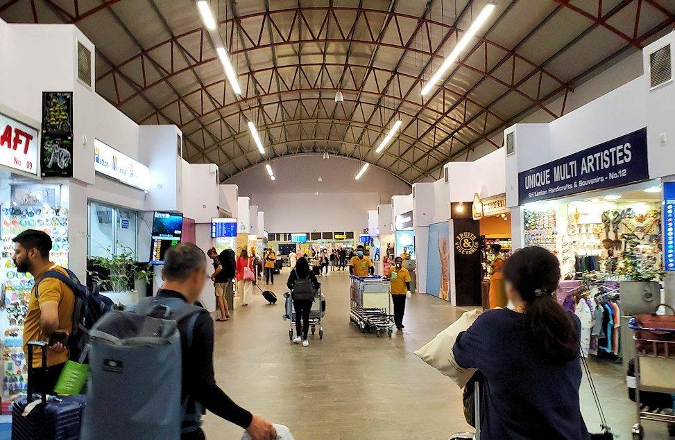 「バンダラナイケ国際空港」に入る人達-2