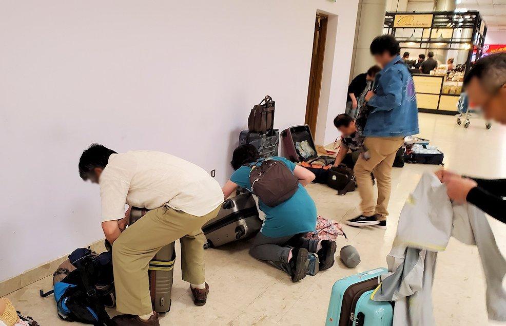 「バンダラナイケ国際空港」内で荷物の整理をする人達