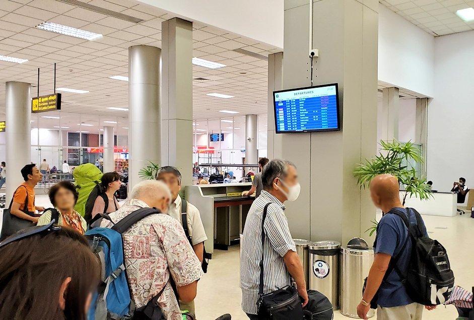 「バンダラナイケ国際空港」内で荷物の整理をする人達-2