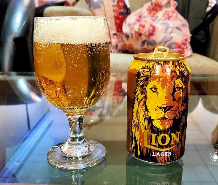 バンダラナイケ国際空港内にあるラウンジでライオンビールを飲む