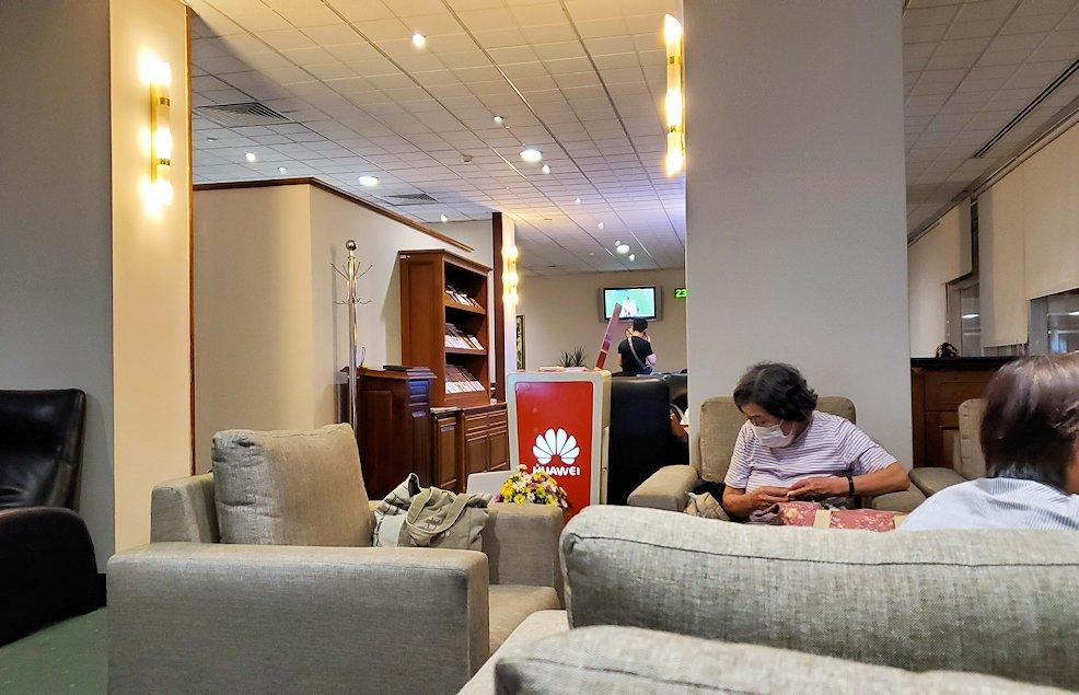 バンダラナイケ国際空港内にあるラウンジで休憩する