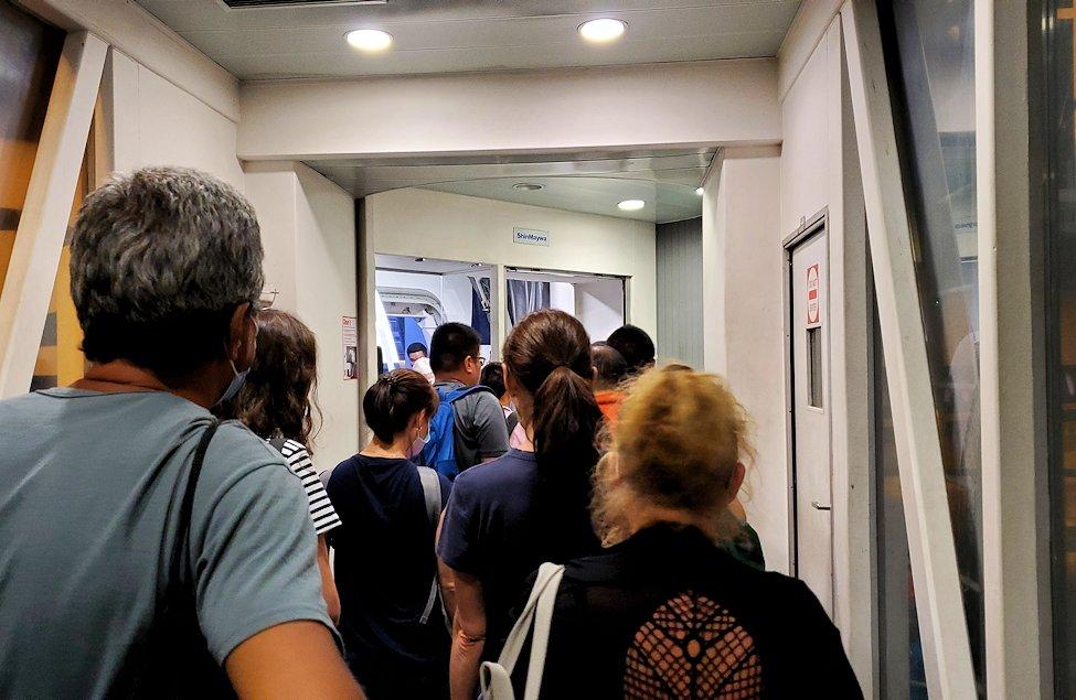 スリランカの空港に待機しているシンガポール航空の飛行機に乗り込む人達-2