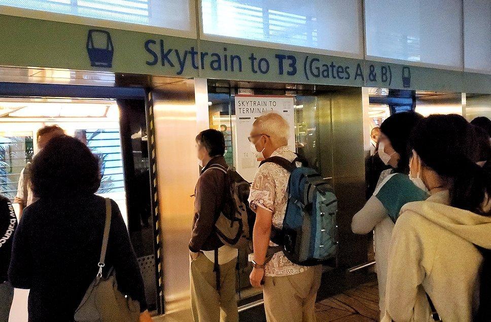 シンガポールのチャンギ空港に到着しターミナル間を移動する