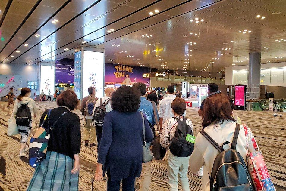 シンガポールのチャンギ空港に到着しターミナル間を移動する-2