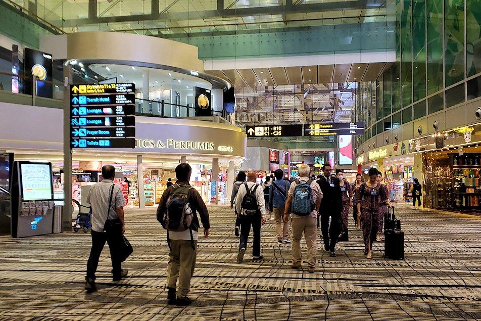 シンガポールのチャンギ空港に到着しターミナル間を移動する-3
