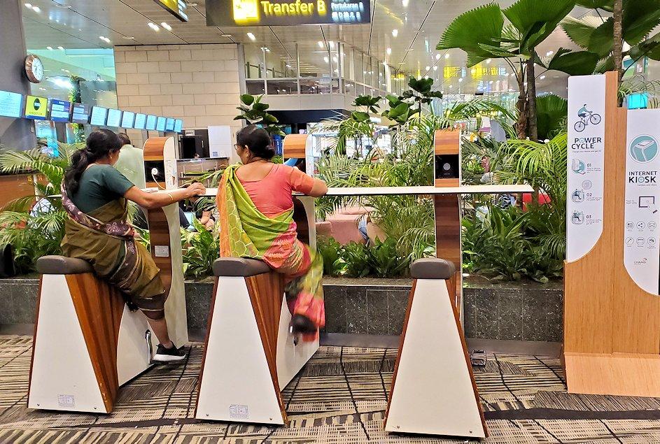 チャンギ空港で足漕ぎ式充電器を利用する人達