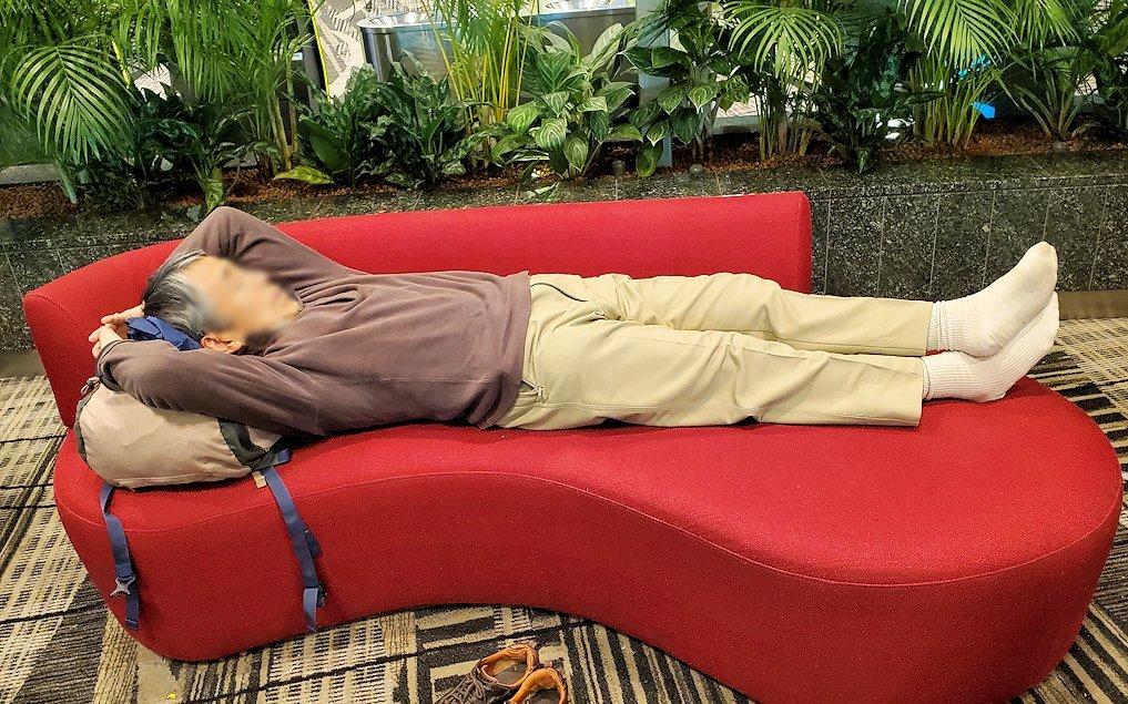 チャンギ空港内のソファーで寝るオジサン