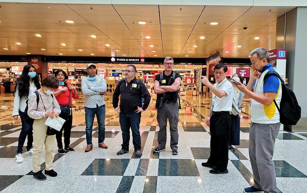 チャンギ空港の無料ツアーに参加する人達