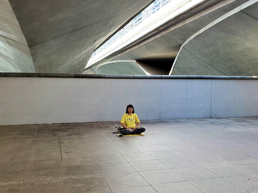 チャンギ空港の無料ツアーで行ったシンガポール市内の橋の下で座禅をするオバサン