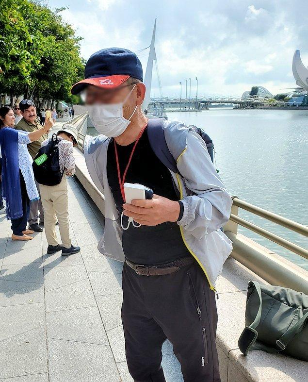 チャンギ空港の無料ツアーでマリーナベイサンズを眺めるオジサン