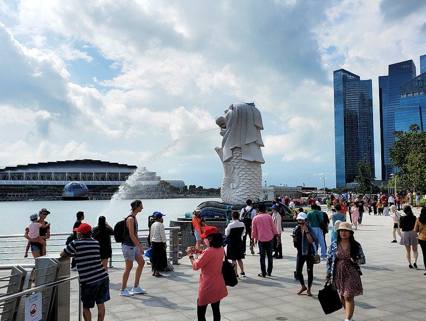 シンガポール中心部にあるマーライオン像
