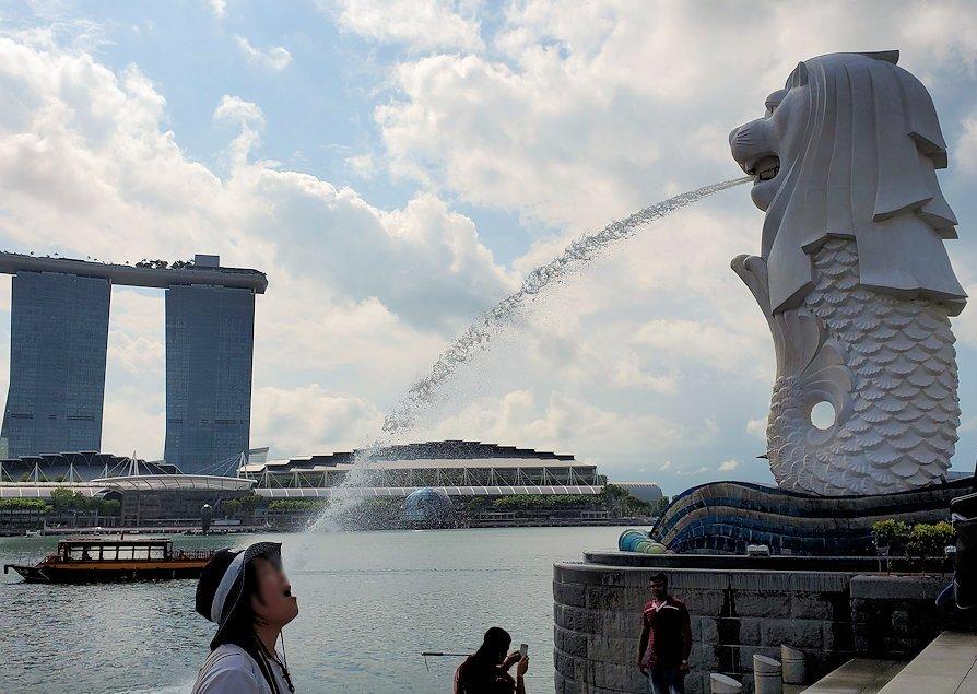 シンガポール中心部にあるマーライオン像で記念写真