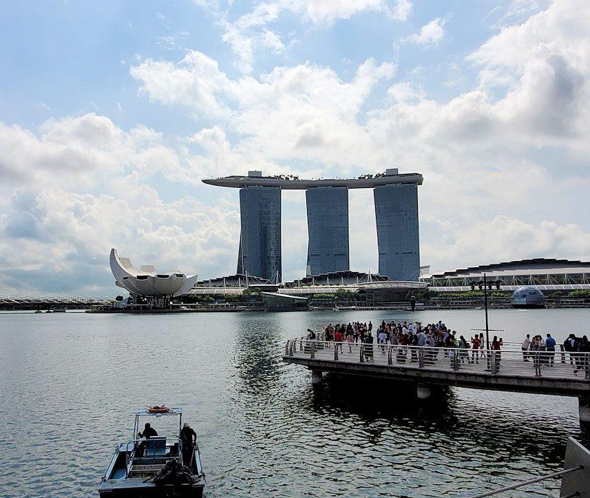 シンガポール中心部で眺めるマリーナベイサンズ