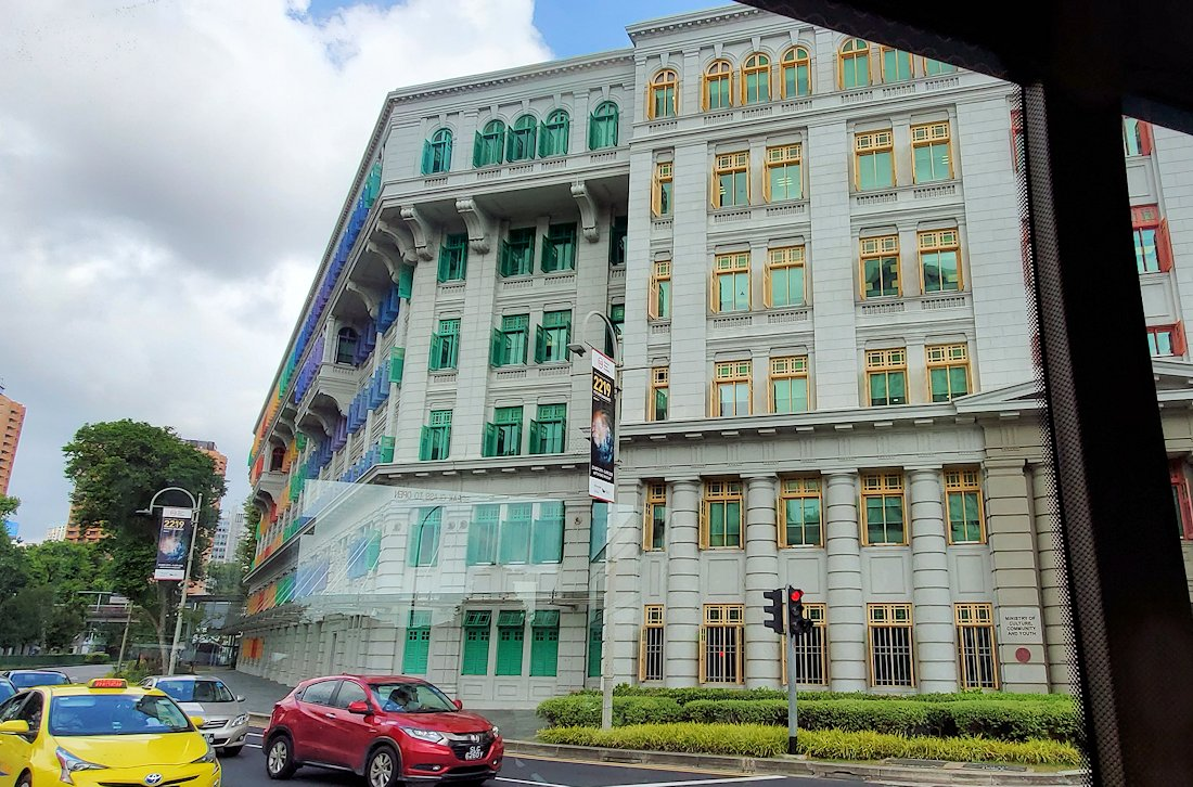 シンガポール市内を観光するバスから見える、独特な建物の景色