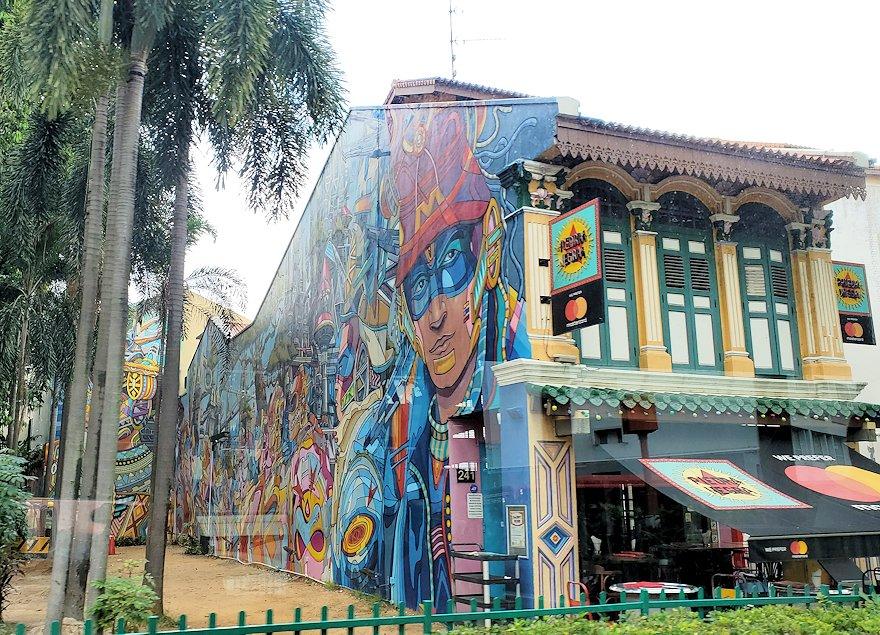 シンガポール市内を観光するバスから見える、建物の壁に描かれている落書きアート-2