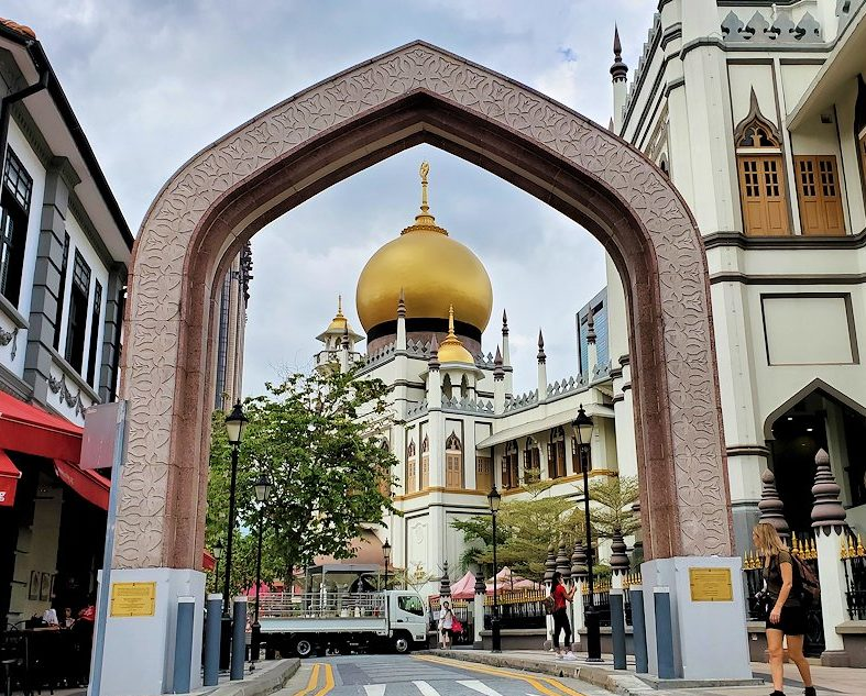 無料でツアーで立ち寄った「マレー・ヘリテージ・センター」近くにあったイスラム寺院