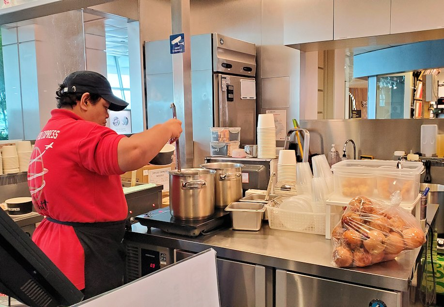 チャンギ空港にある一風堂の調理場
