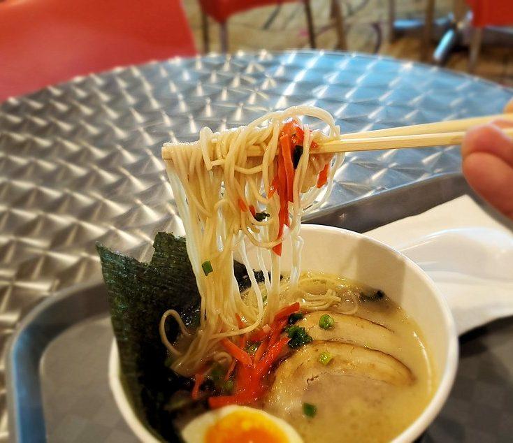 チャンギ空港にある一風堂で出てきた「博多スペシャル」のラーメンを食べる