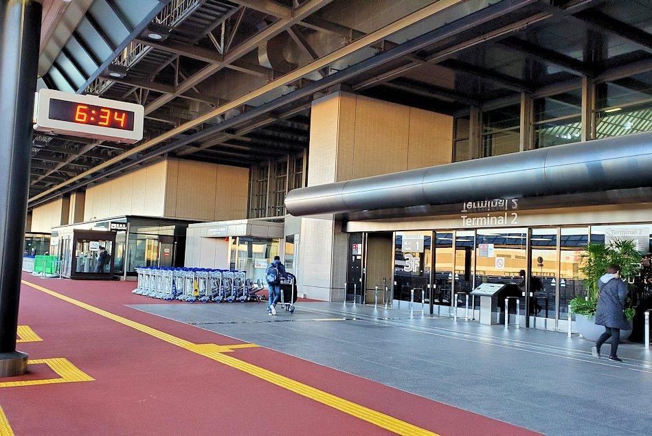 成田空港第一ターミナル前に到着
