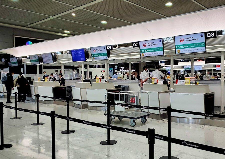 2020年3月のガラガラに空いている、成田国際空港の国際線チェックインカウンター-2