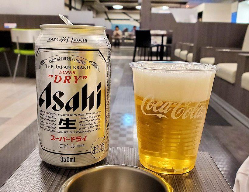成田国際空港内のIASSラウンジでビールを飲む