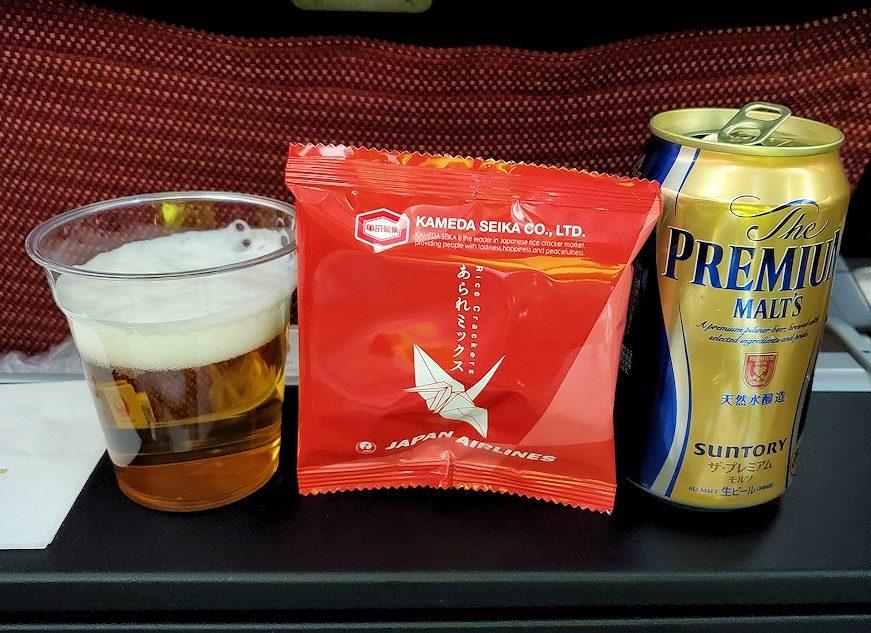 成田からモスクワへ向かうJAL国際線機内で出てきたびーるとおつまみ