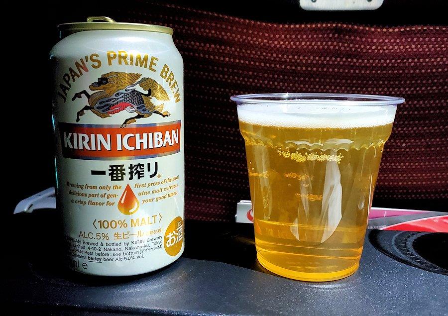 成田からモスクワへ向かうJAL国際線機内で飲むキリンビール